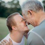 Vater und Sohn mit geistiger Behinderung