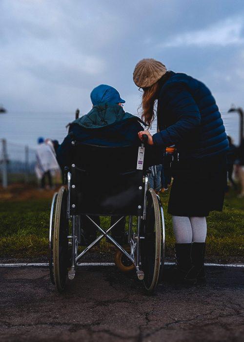 Bild - Frau mit Mann im Rollstuhl -